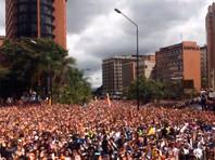 В этот день в столице страны Каракасе и в других городах проходят массовые манифестации противников главы государства Николаса Мадуро
