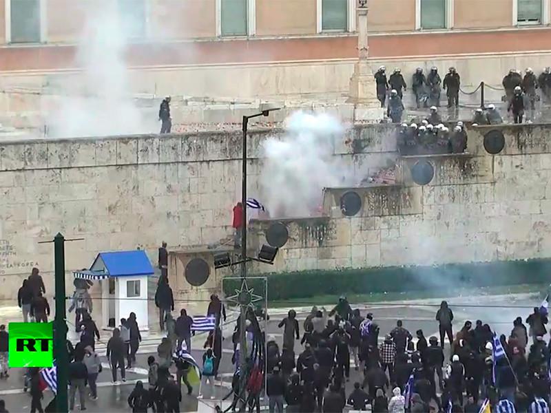 """Греческая полиция применила слезоточивый газ против демонстрантов у стен парламента в Афинах"""" />"""