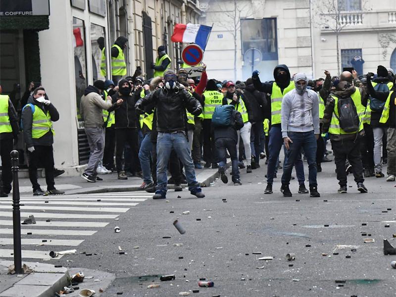 """Телеканал BFM отказался освещать протесты """"желтых жилетов"""" после избиения своих сотрудников и их телохранителей"""