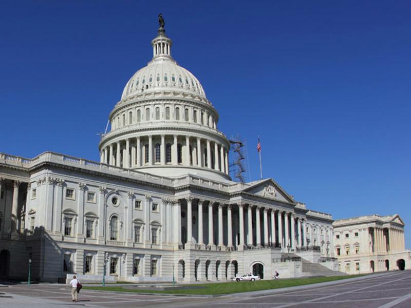 Лидеры демократов и республиканцев в сенате США решили развести по двум законопроектам предложение президента США Дональда Трампа о выделении 5,7 млрд долларов на строительство стены от мигрантов и о выделении средств на возобновление работы правительства до 8 февраля