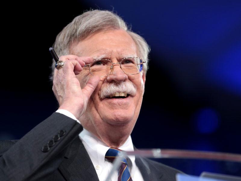 СМИ гадают о значении надписи в блокноте американского советника