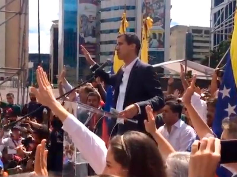 Хуан Гуаидо, которого Верховный суд Венесуэлы 21 января снял с поста главы парламента страны, 23 января объявил себя временно исполняющим обязанности президента Венесуэлы и принес присягу. Он заявил о своей приверженности свободе граждан