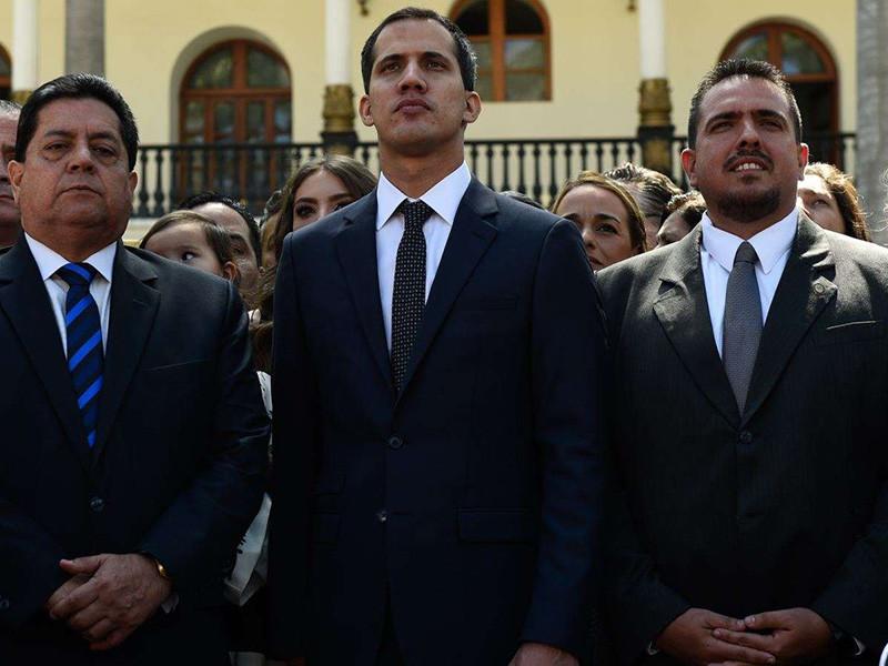 Лидер венесуэльской оппозиции Хуан Гуайдо, объявивший себя временным президентом страны, сообщил, что ведет переговоры с военными по отстранению от власти официального президента Николаса Мадуро. Переговоры также ведутся также с представителями гражданских правительственных структур