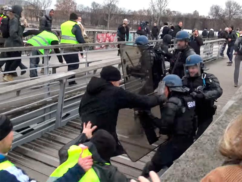 """Женщины в желтых жилетах устроили отдельную акцию протеста в Париже"""" />"""