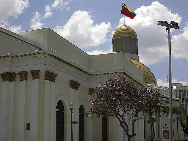 "Находящийся в оппозиции парламент Венесуэлы объявил Николаса Мадуро узурпатором"" />"
