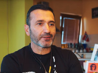 Бывший официант, вышедший на одиночный пикет из-за убийства сына, возглавил многотысячные политические протесты в Республике Сербской