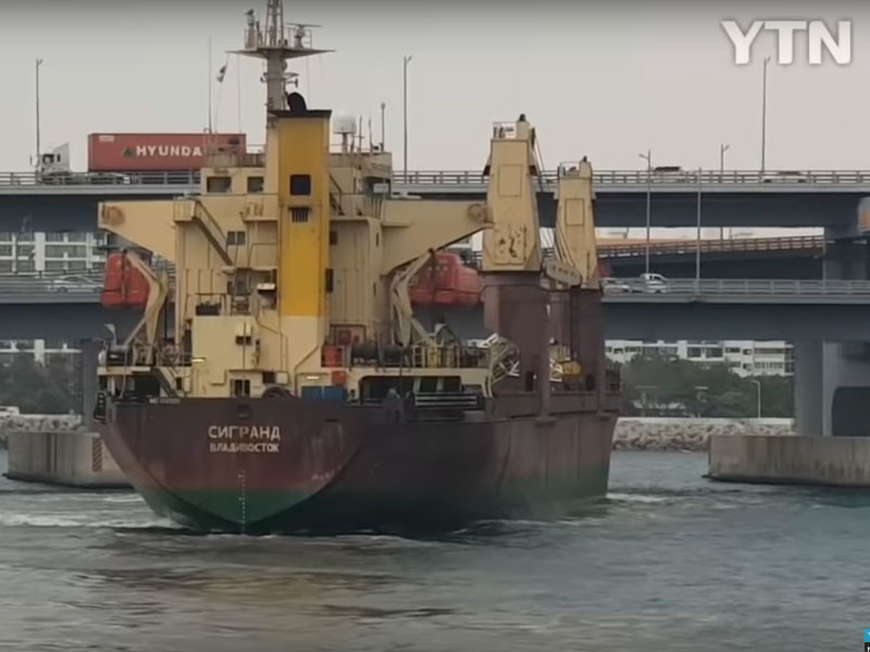 Российское судно проделало пятиметровую дыру в автомобильном мосту в Южной Корее