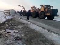 Жители Казахстана бидонами вычерпали спирт из канавы после аварии со спиртовозом (ВИДЕО)
