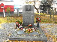 Мемориальный камень в память 34 000 евреев - жителей Бреста и близлежащих населённых пунктов, убитых нацистами в 1941-1942 гг. Установлен на ул. Куйбышева - ранее ул. Длинная (Dluga), находившейся в центре Брестского гетто. Поблизости от этого мемориала немцы неоднократно проводили массовые убийства евреев