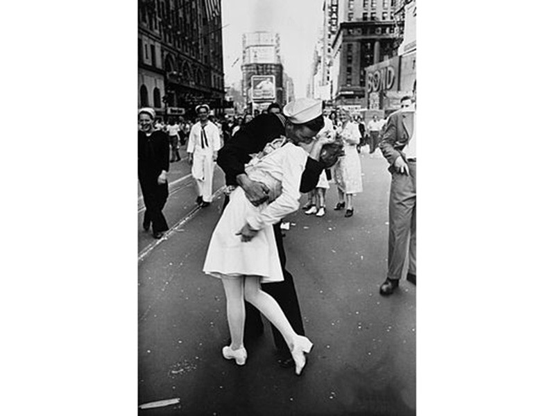 "В США, не дожив два дня до 96-летия, умер моряк со знаменитого фото ""Поцелуй на Таймс-сквер"""" />"