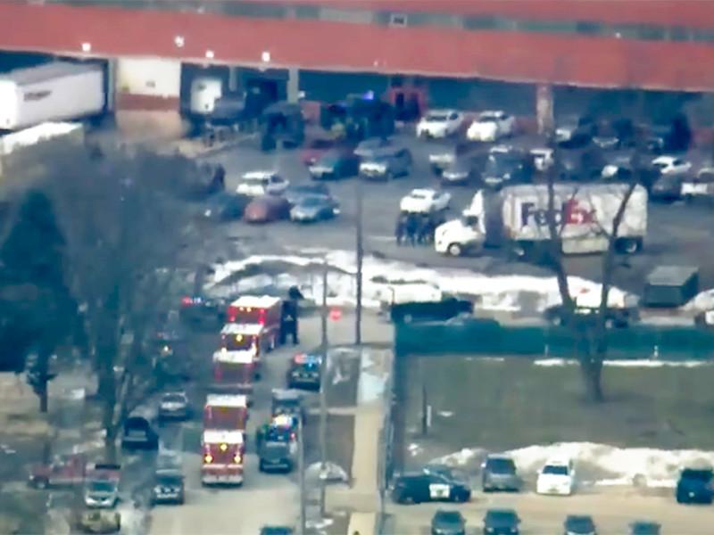 Пять человек погибли, не менее шести получили ранения в результате стрельбы, которую уволенный мужчина устроил на складе в городе Аврора, штат Иллинойс. Нападавший был убит