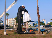 На статуе целующихся моряка и медсестры во Флориде появился хэштег борцов с домогательствами #MeToo (ФОТО)