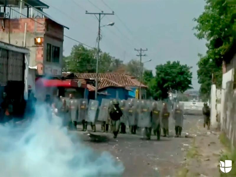Венесуэльские военные забросали слезоточивым газом людей, пришедших к закрытым границам за гуманитарной помощью