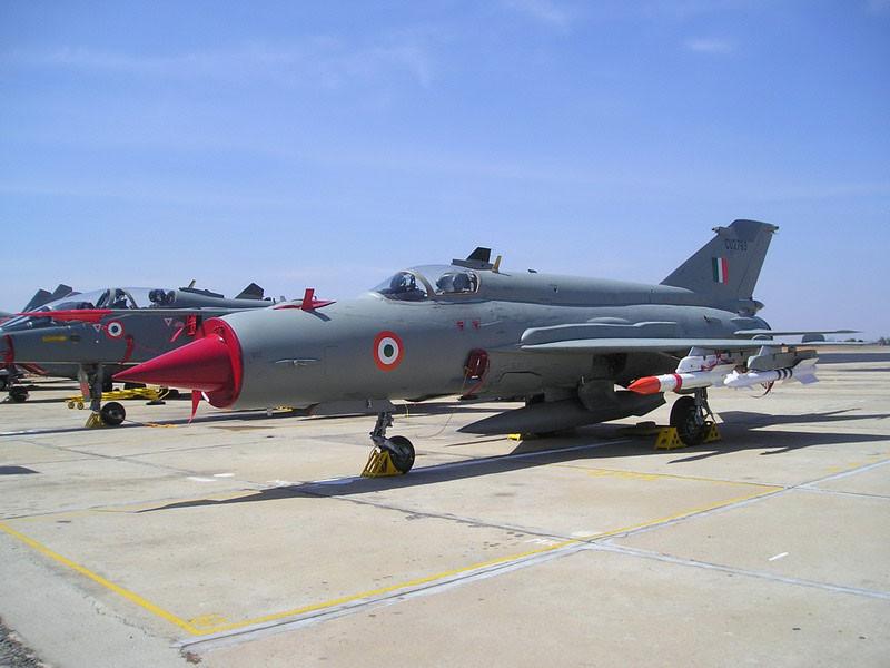 Восемь самолетов ВВС Индии и 24 пакистанских истребителя приняли участие в воздушном бою в среду, 27 февраля