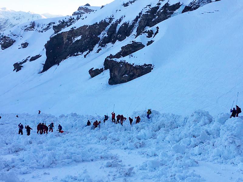 Один из попавших под лавину лыжников на швейцарском горном курорте скончался (ВИДЕО схода лавины)