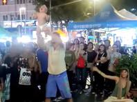 """В Малайзии российскую пару задержали за шокировавшую публику """"йогу"""" с младенцем (ВИДЕО)"""