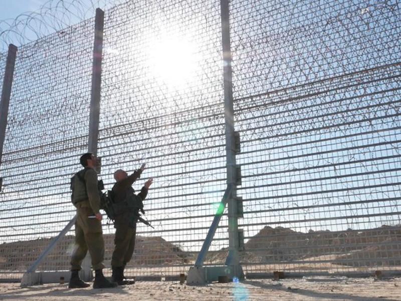 """Израиль начал строить инновационный забор на границе с сектором Газа"""" />"""