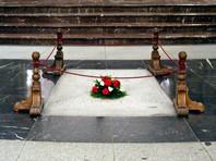 Франко управлял Испанией с 1939 по 1975 год. Он скончался в возрасте 82 лет в мадридской больнице от сердечного приступа. Комплекс, в котором похоронен диктатор, начали сооружать в 1940 году по приказу самого каудильо как монумент памяти всех погибших в гражданской войне