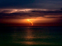 Удочка спасла австралийских рыбаков от молнии во время бури в открытом море (ФОТО)