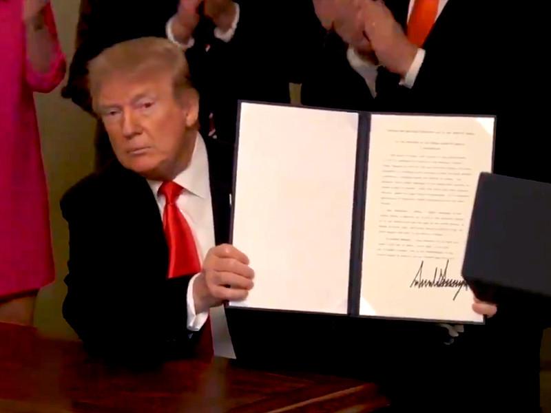 Президент США Дональд Трамп подписал в понедельник прокламацию, признающую суверенитет Израиля над Голанскими высотами