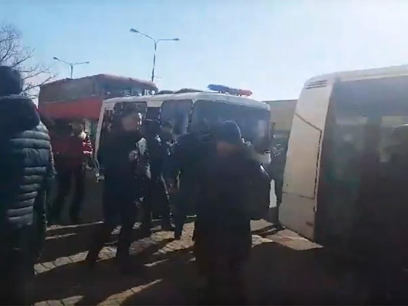 """Полиция задержала несколько десятков человек, которые собрались у ТЦ """"Шапагат"""" в Астане, чтобы выразить несогласие с переименованием города в Нурcултан"""