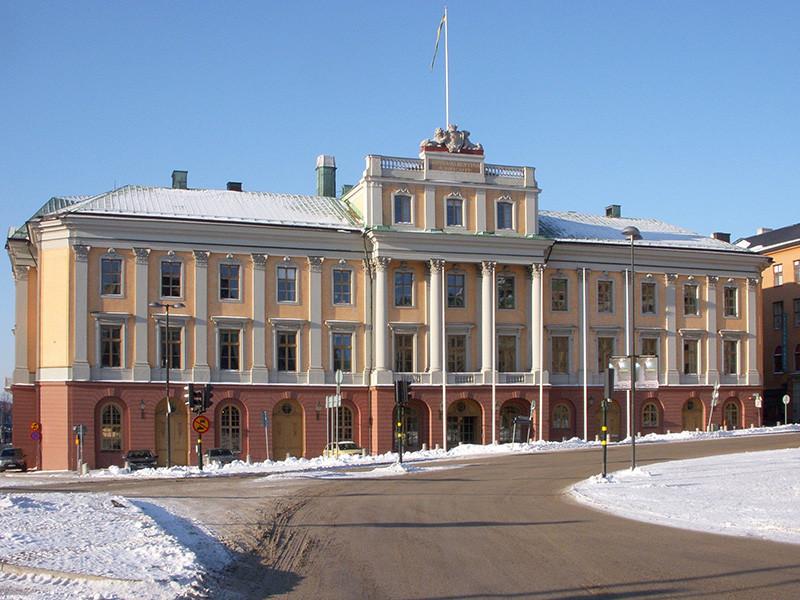 МИД Швеции в среду вызвал российского посла Виктора Татаринцева. В ведомстве от него потребовали, чтобы страну покинул один из дипломатов. Его власти страны считают сотрудником спецслужб
