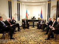 Встреча Алиева и Пашиняна началась в 11:00 по местному времени (13:00 по Москве) в присутствии глав МИД Азербайджана и Армении и сопредседателей Минской группы ОБСЕ (РФ, США, Франция), затем продолжилась в формате тет-а-тет