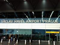 Как сообщили три высокопоставленных источника в госадминистрации и правительстве, после посадки самолета в аэропорту имени Вацлава Гавела и паспортного контроля один из членов делегации был возвращен в Москву