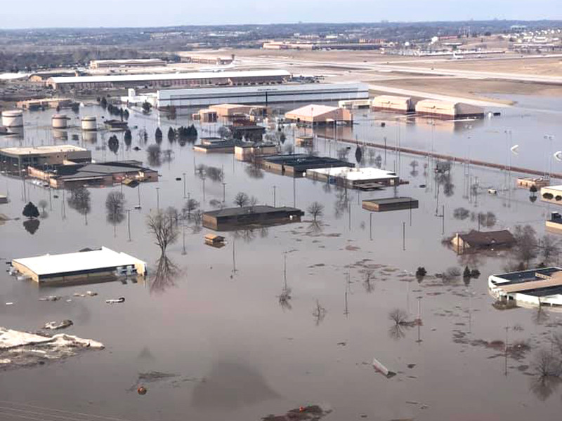 """В штате Небраска вышедшей из берегов рекой Миссури нанесен серьезный ущерб авиабазе ВВС США """"Оффатт"""" у города Омаха"""