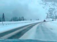 В Колорадо водителей чуть не погребло на трассе под мощной лавиной (ФОТО, ВИДЕО)