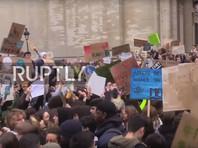 На марши во многих городах Франции вышли тысячи школьников и студентов, выступающих в поддержку борьбы с изменением климата