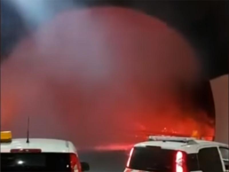 Часть машин попала в ловушку: они остановились у выезда из тоннеля, перед которым была стена огня, а огненный смерч задувал искры на автомобили. Обошлось без пострадавших, но люди не понимают, почему их не предупредили об опасности