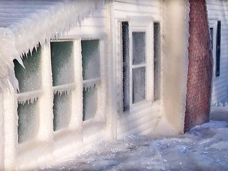 "Шторм на озере Онтарио превратил дома в ""ледяные избушки"""