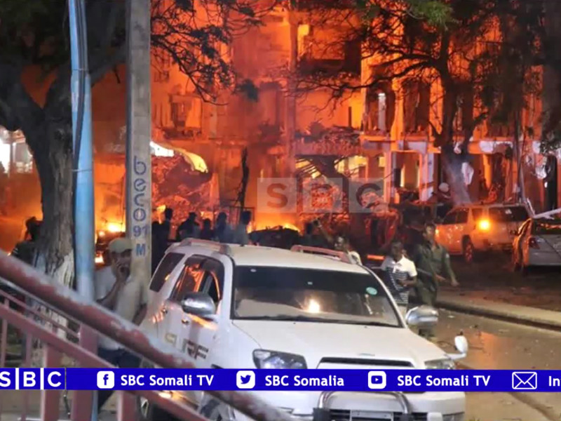 В столице Сомали террористы подорвали автомобиль и захватили заложников. Спецоперация продолжается второй день