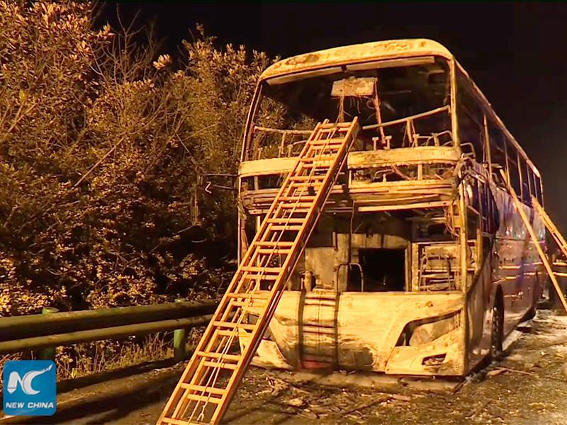"""Пожар в туристическом автобусе на автотрассе в Китае привел к гибели 26 человек (ФОТО, ВИДЕО)"""" />"""