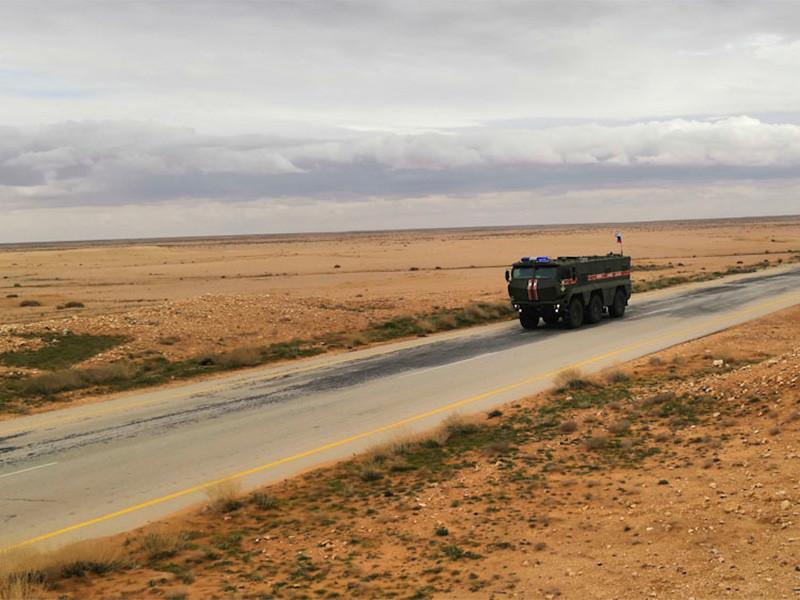 Трое российских военнослужащих погибли в Сирии в конце февраля в бою с террористами, сообщает ТАСС со ссылкой на Минобороны. Они попали в засаду группы боевиков, возвращаясь на автомобиле после доставки гуманитарной помощи в один из населенных пунктов в провинции Дейр эз-Зор