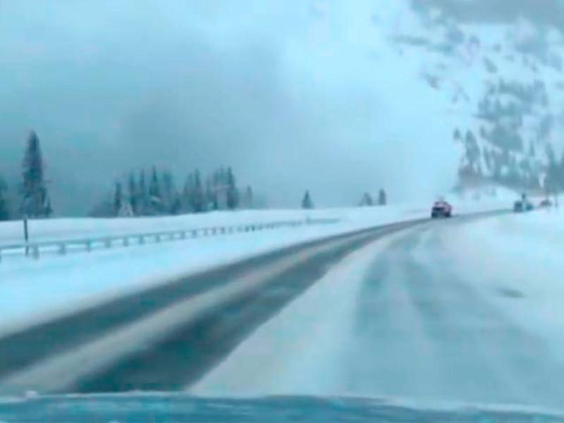 В Колорадо водителей чуть не погребло на трассе под мощной лавиной