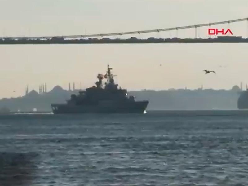 Турецкое информагентство DHA (Demiroren Haber Ajansı) опубликовало в Twitter видео прохода группировки кораблей НАТО через пролив Босфор,