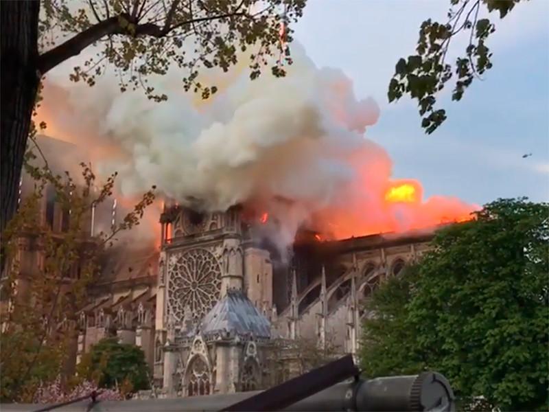 В соборе Парижской Богоматери возник сильный пожар