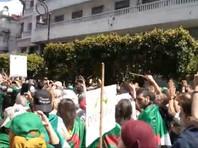 """Алжирцы вышли на улицу,  требуя  смены правящей верхушки: """"Народ хочет, чтобы вы все убрались! """""""