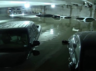 Большие проблемы сильные осадки доставили аэропорту Даллас/Лав-Филд. Прошлой ночью здесь выпало более 7,5 см осадков, в результате чего с таким объемом воды не справился дренаж подземной парковки, в которой находились десятки автомобилей