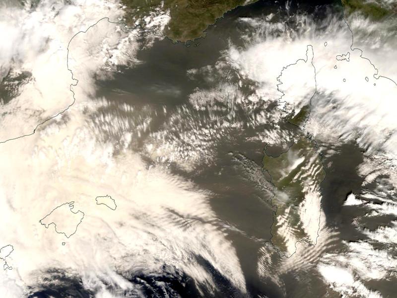 """Пыль из Сахары испортила воздух во Франции (ФОТО)"""" />"""