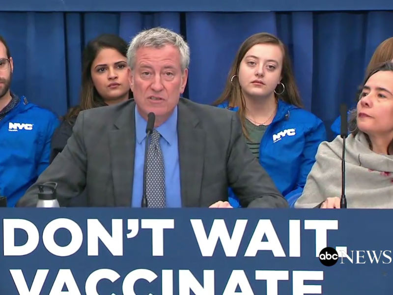За отказ от прививки может быть назначен штраф до 1 тысячи долларов, сообщил мэр Билл де Блазио на пресс-конференции, трансляцию которой вел телеканал ABC