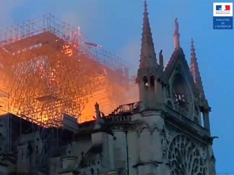 Пожар, уничтоживший крышу и шпиль cобора Парижской Богоматери ликвидирован, сообщает газета Le Figaro со ссылкой на представителя пожарных