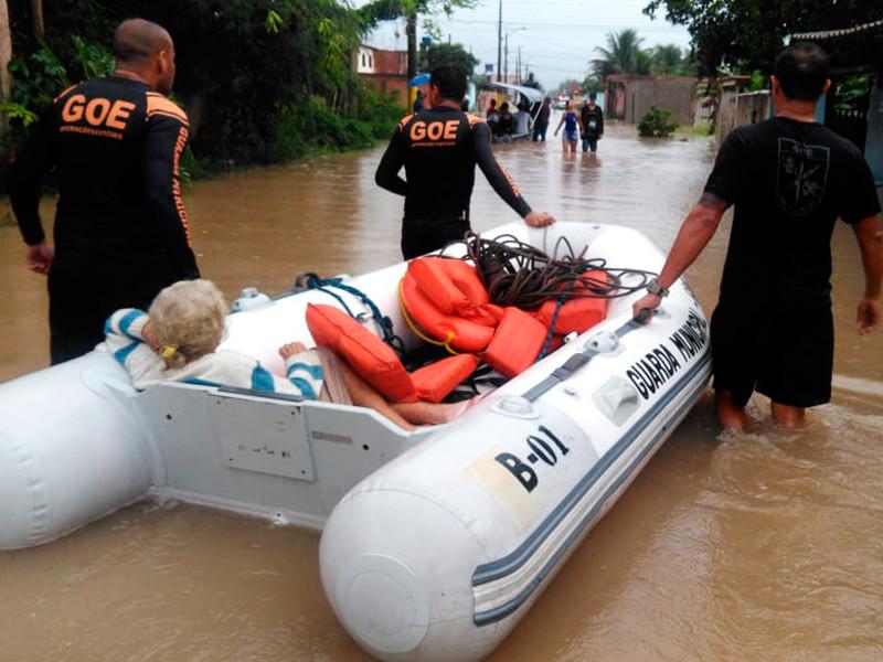 Мощный шторм обрушился в ночь на 9 апреля на бразильский город Рио-де-Жанейро. Проливной дождь подтопил многие районы, спасателям приходилось эвакуировать людей на лодках