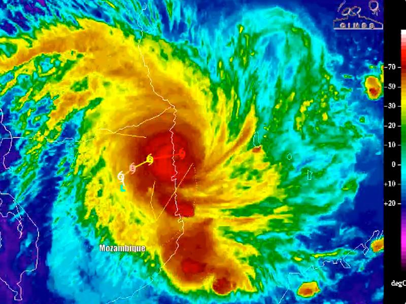 """Тропический циклон """"Кеннет"""" с порывами ветра до 285 км/ч обрушился на Мозамбик"""
