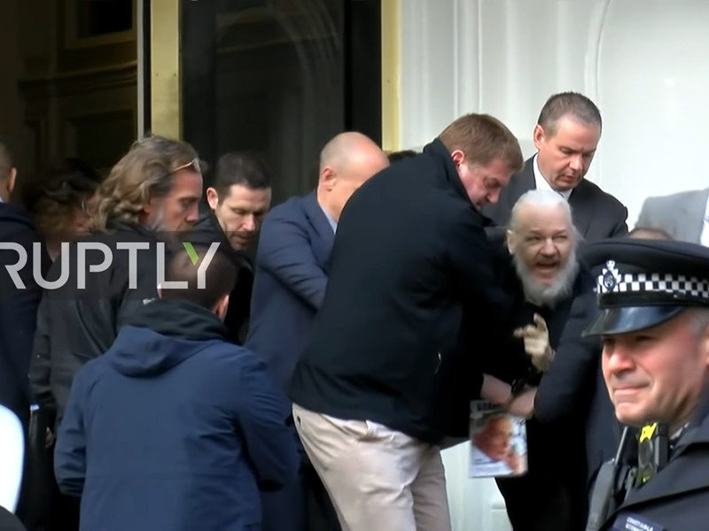 Суд Лондона арестовал Ассанжа и признал его виновным в неявке