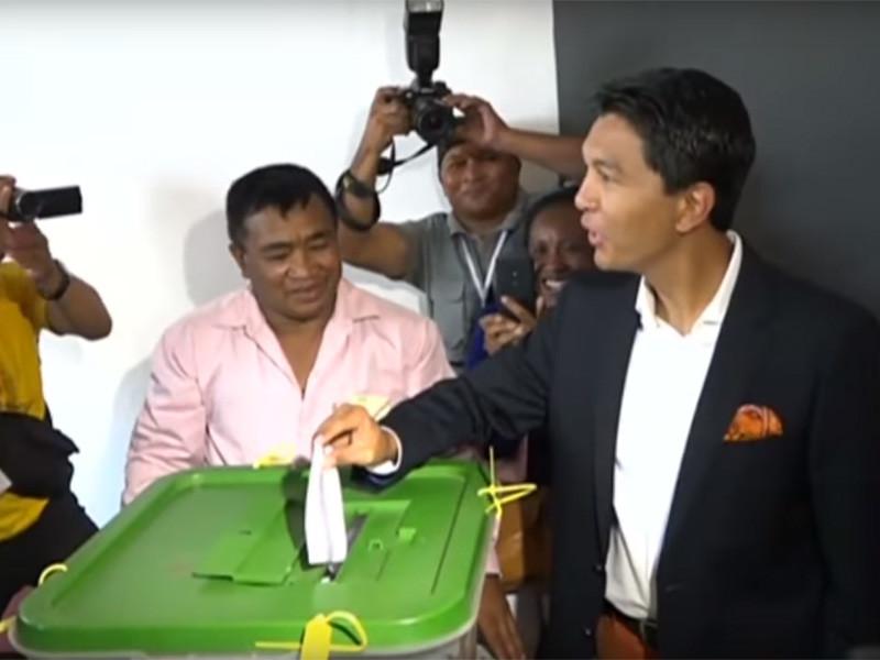 Российские прокремлевские политтехнологи приезжали на Мадагаскар под видом обычных туристов и предлагали деньги по крайней мере шести кандидатам в президенты государства из 36, говорится в расследовании BBC