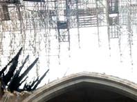 По предварительным данным, возгорание произошло в ходе ремонтных работ на верхних уровнях здания. Огонь уничтожил верхнюю часть шпиля и большую часть кровли