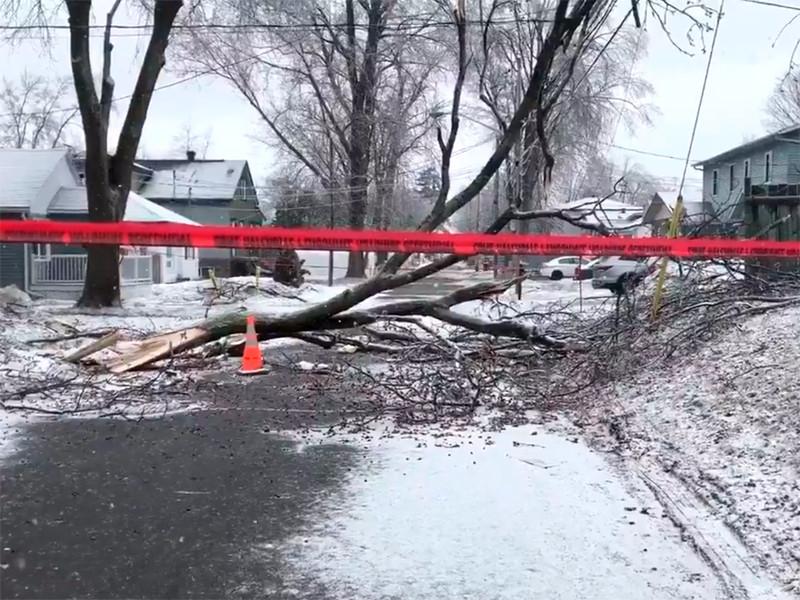 Юго-восток Канады пострадал от ледяного шторма: более 300 тысяч домов остались без света